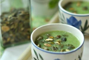 Fűszeres brokkoli krémleves pirított tökmaggal