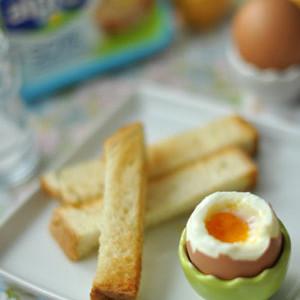 Lágy tojás fokhagymás pirítós szeletekkel