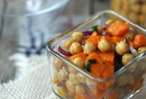 Sütőtökös-csicseriborsós saláta