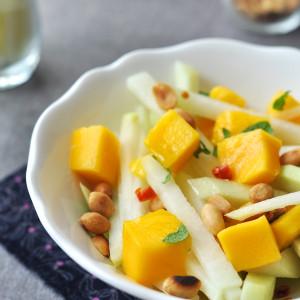 Karalábésaláta mangóval és mogyoróval
