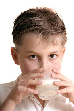 A tejcukor érzékenység: laktóz bontási zavar. Genetikai vizsgálattal kimutatható.