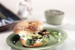 Bagel laktózmentes sajtkrémmel, paradicsommal, bazsalikommal és avokádóval