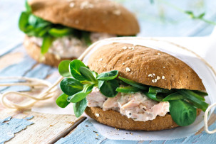 Krémsajt + tonhal + saláta = laktózmentes szendvics recept