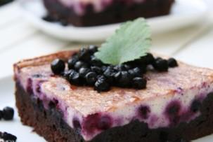 Áfonyás sajttorta brownie ágyon – laktózmentes édesség